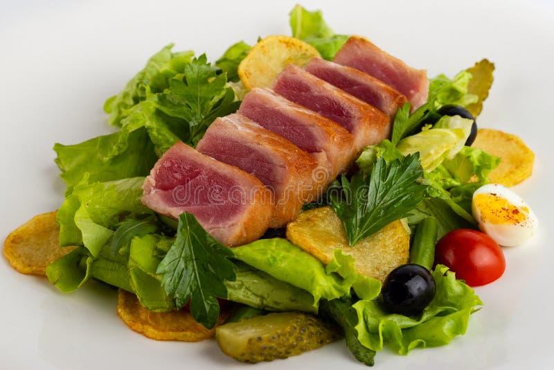 Салат с копченым концом-вверх рыб на белой предпосылке стоковая фотография