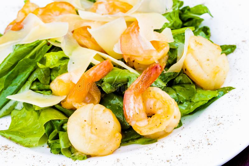 Салат с креветками, scallops, сыром и шпинатом стоковая фотография rf