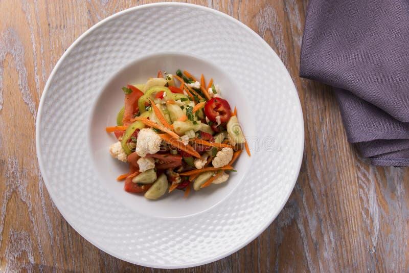 Салат с луком цветной капусты томата перца моркови свежих овощей зеленеет стоковые фото