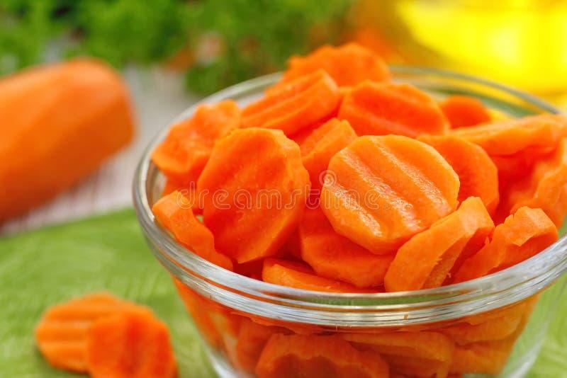 Салат с морковью, маслом и зелеными цветами стоковые изображения rf