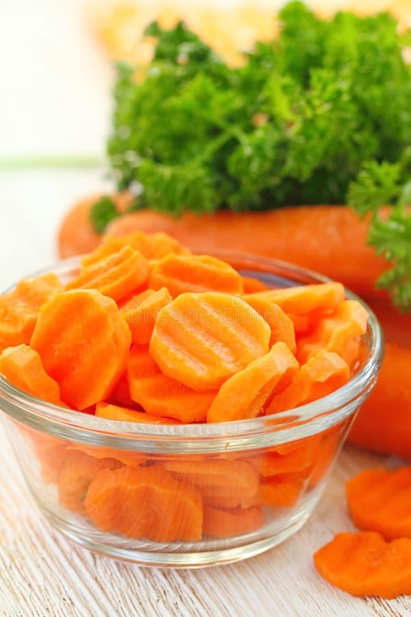 Салат с морковью, маслом и зелеными цветами стоковые изображения
