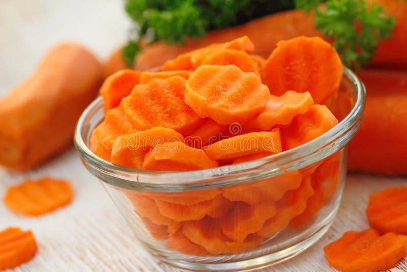 Салат с морковью, маслом и зелеными цветами стоковое фото