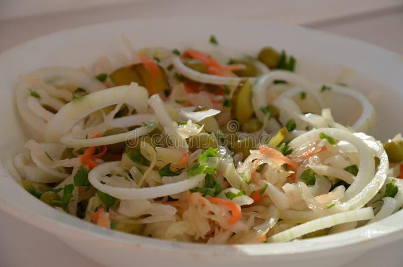 Салат с празеленью, горох-уголь, sauerkraut, лук, морковь стоковая фотография rf