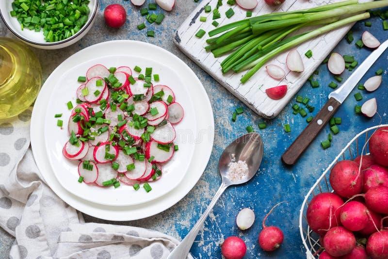 Салат с редиской, зелеными луками и розовым солью стоковые фото