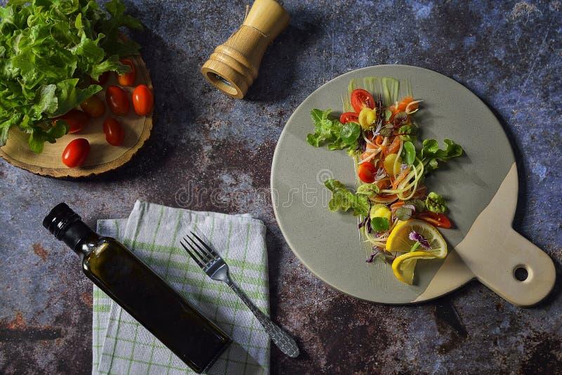 Салат с рыбами Салат свежего овоща с филе рыб семг Салат рыб с филе семг и свежими овощами на плите стоковые фотографии rf