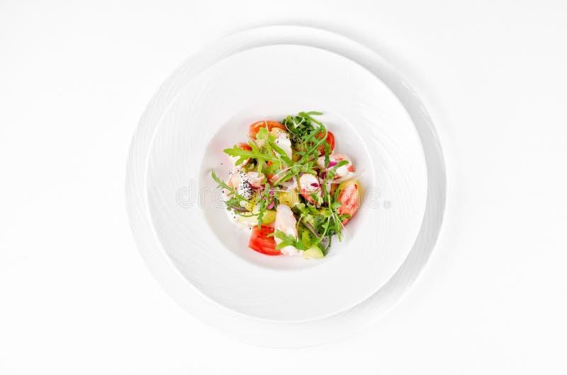 Салат с салатом креветки, томатов, сыра и ракеты стоковое изображение
