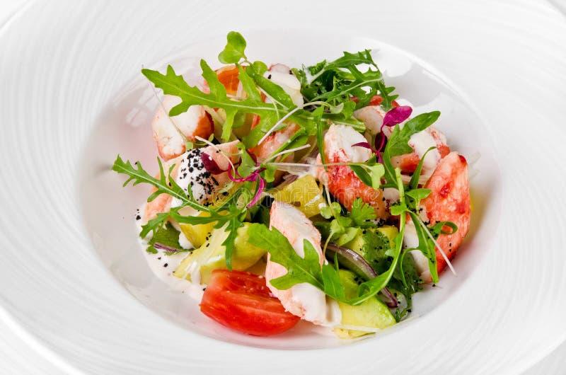 Салат с салатом креветки, томатов, сыра и ракеты стоковые изображения rf
