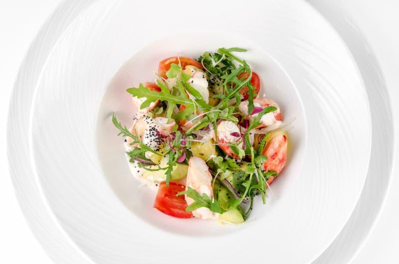 Салат с салатом креветки, томатов, сыра и ракеты стоковое фото rf