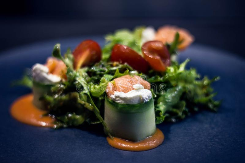 Салат с семгами и томатом стоковое изображение