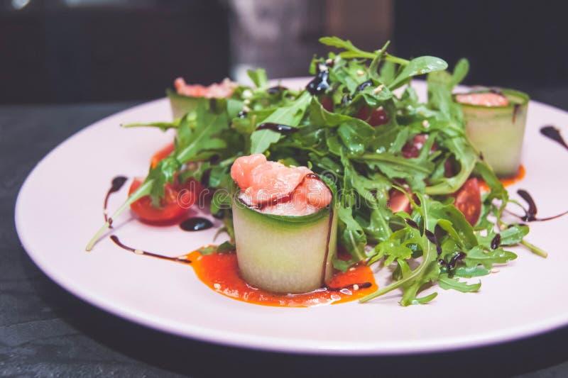 Салат с семгами и томатом стоковая фотография rf