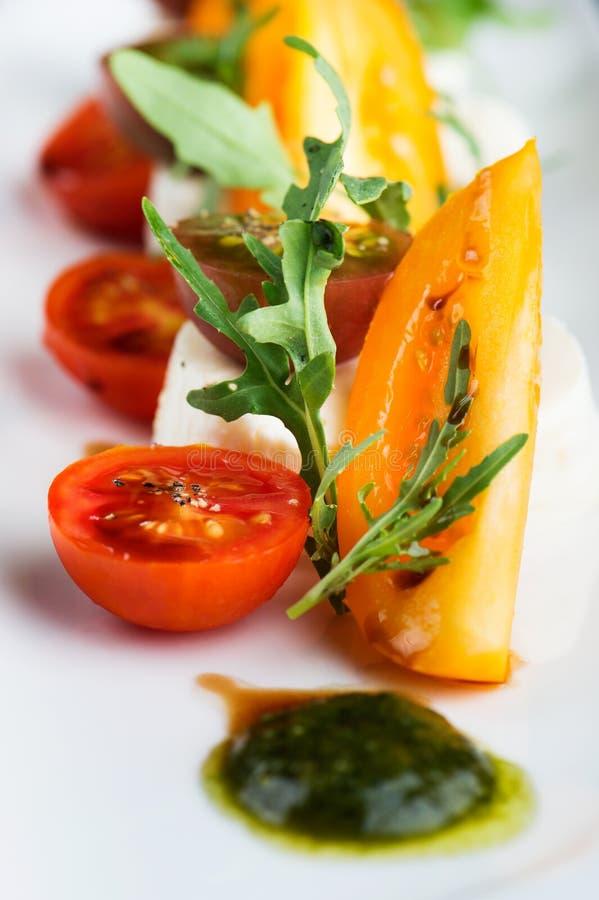 Салат с семгами, морковами и свежими травами стоковые изображения