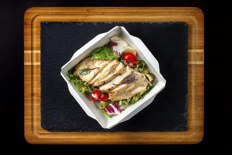Салат с цыпленком на бумаге box-2 стоковые изображения