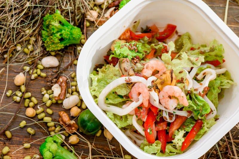 Салат с шримсом Здоровая поставка еды Взятие прочь для диеты стоковая фотография