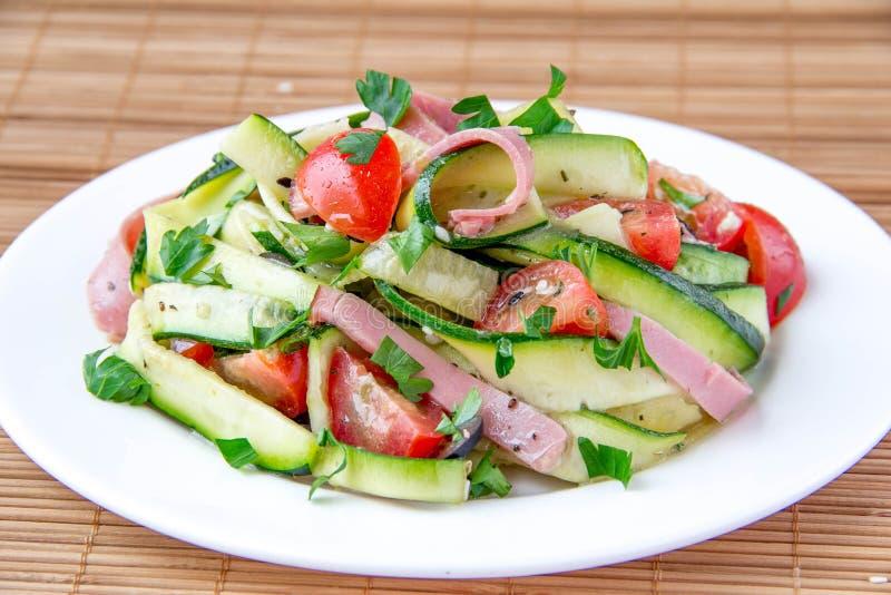 Салат с zucchini, ветчиной и томатом стоковые изображения
