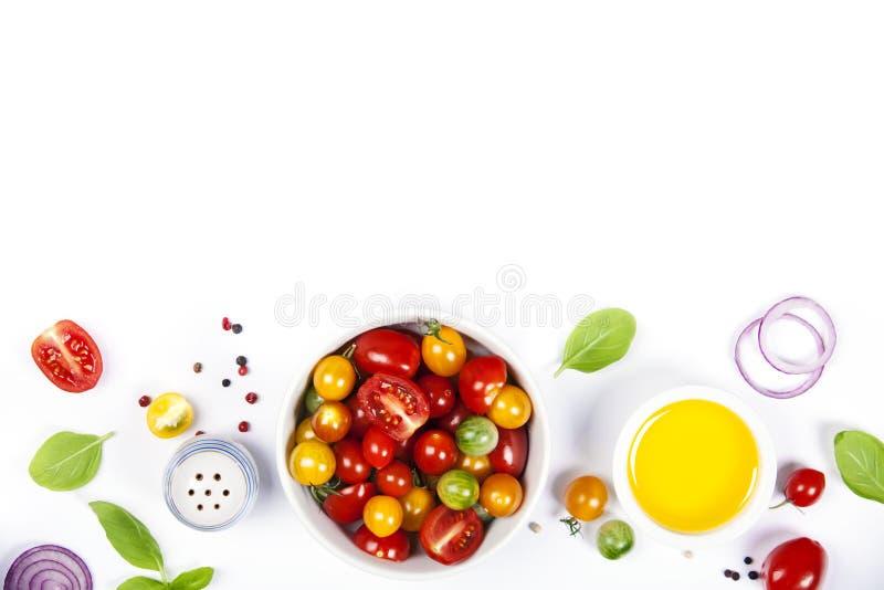 Салат томата с свежими томатами, базиликом и оливковым маслом стоковое изображение