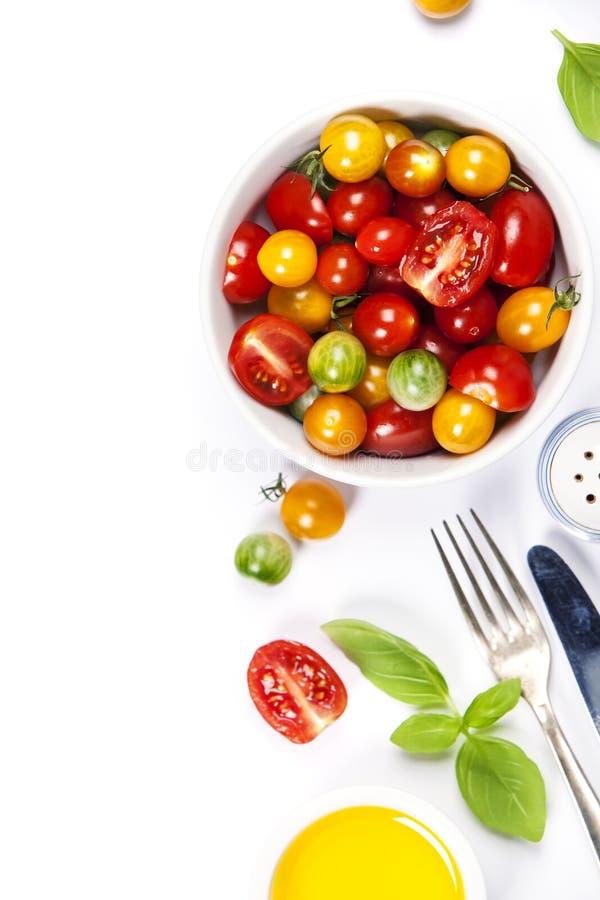 Салат томата с свежими томатами, базиликом и оливковым маслом стоковые изображения rf