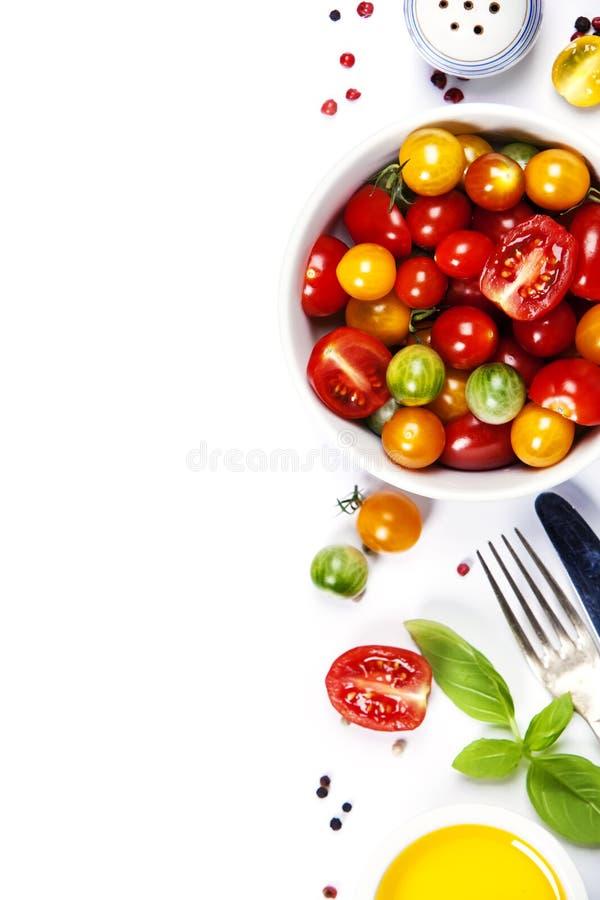 Салат томата с свежими томатами, базиликом и оливковым маслом стоковые фото