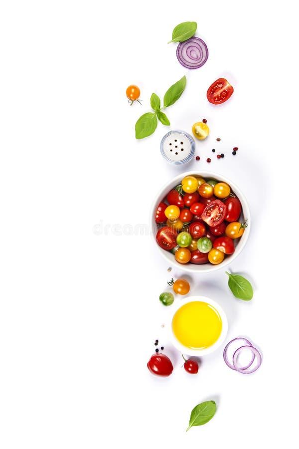 Салат томата с свежими томатами, базиликом и оливковым маслом стоковые фотографии rf