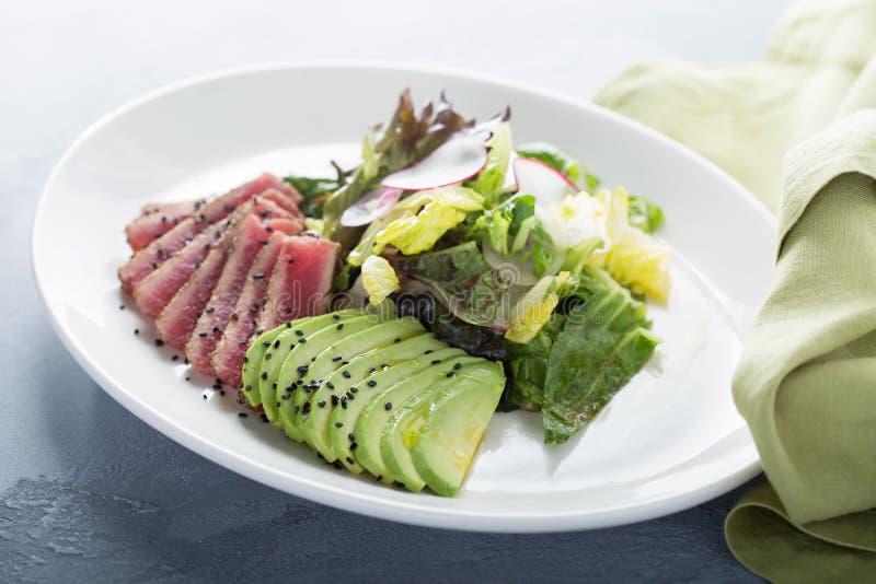 Салат тунца с отрезанным авокадоом стоковое фото