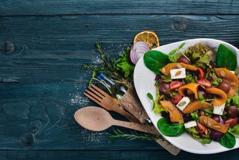 Салат тыквы еда здоровая На деревянной поверхности Взгляд сверху стоковые изображения