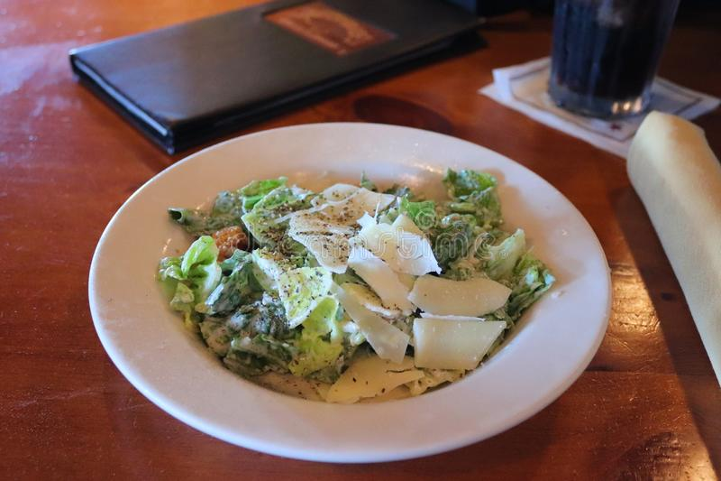 Салат цезаря, который служат с безалкогольным напитком и меню холодного кокса в ресторане Texan, Соединенные Штаты Америки стоковое изображение rf