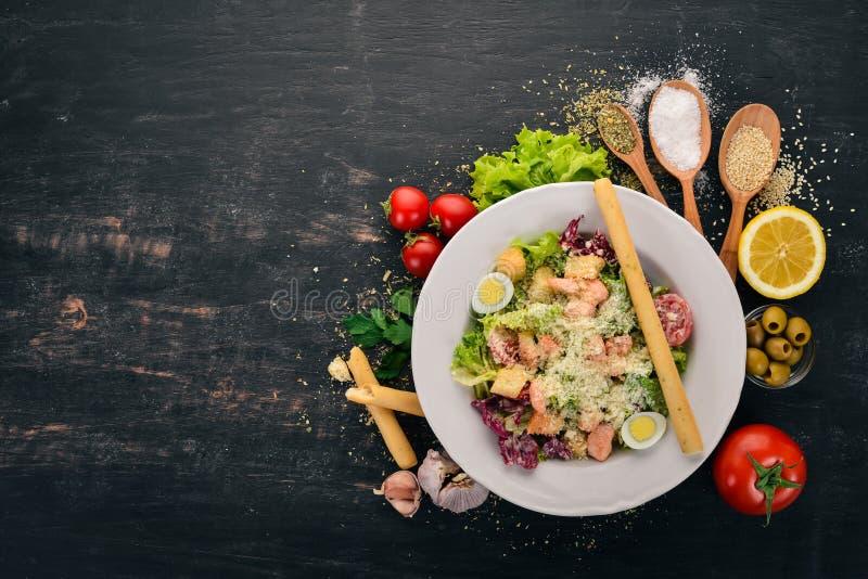 Салат Цезаря с лососем Свежие овощи Здоровая пища стоковые фото