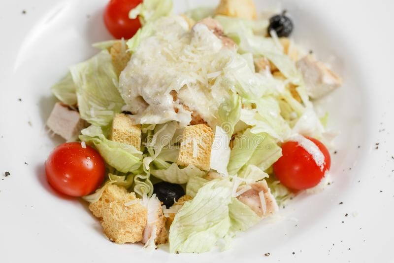 Салат цезаря цыпленка с салатом выходит в белый шар на деревянный стол стоковые фото