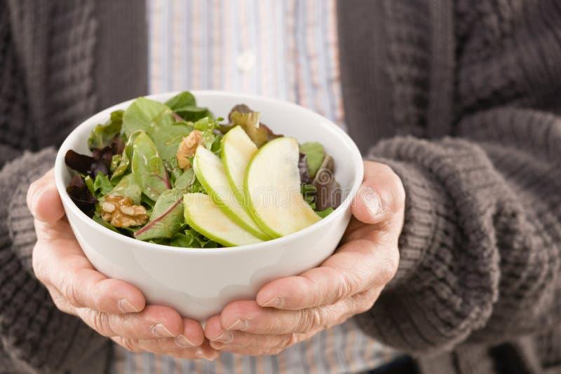 салат человека удерживания свежих фруктов стоковые фото