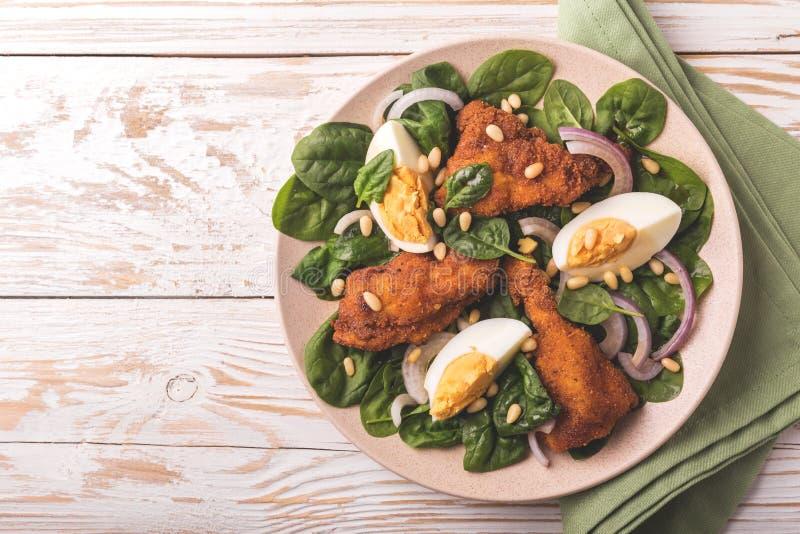 Салат шпината с яичком, гайки chiken, лука и сосны стоковое изображение rf