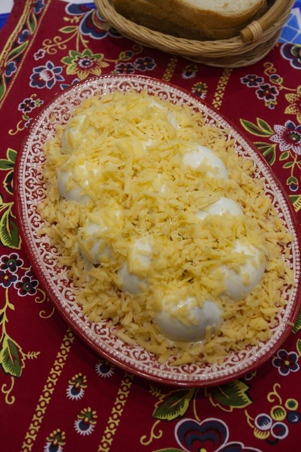 Салат яйца зимы традиционный сибирский с грибами и сыром стоковое изображение