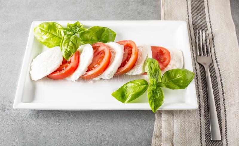 Салат Caprese с сыром, томатами и базиликом mozarella стоковая фотография rf