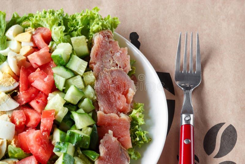 Салат Cobb - традиционная американская еда, обильная трапеза листьев семг, яя, огурца, авокадоа и салата со шлихтой мустарда, t стоковая фотография rf