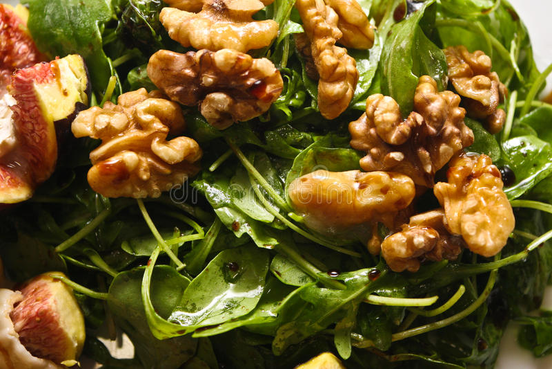 Салат Rucola с грецкими орехами и свежими смоквами стоковое изображение rf