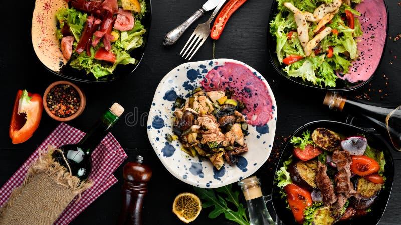 Салат Unagi с цыпленком, грибами, овощами и семенами тыквы На деревянной предпосылке стоковые фотографии rf