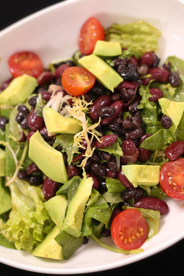 Салат Vegan зеленый с авокадоом и фасолями стоковое фото rf