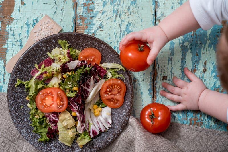 Салат Vegan с фрикадельками, авокадоом и огурцом фасолей в белой плите на белой предпосылке стоковые фотографии rf