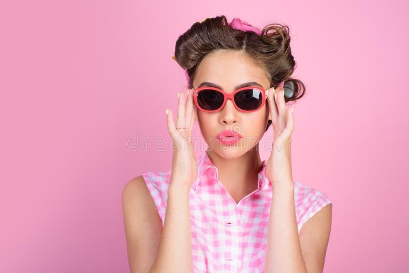Салон красоты и парикмахер счастливая девушка в стеклах лета штырь девушки вверх винтажная женщина домохозяйки делает стиль причё стоковые фото