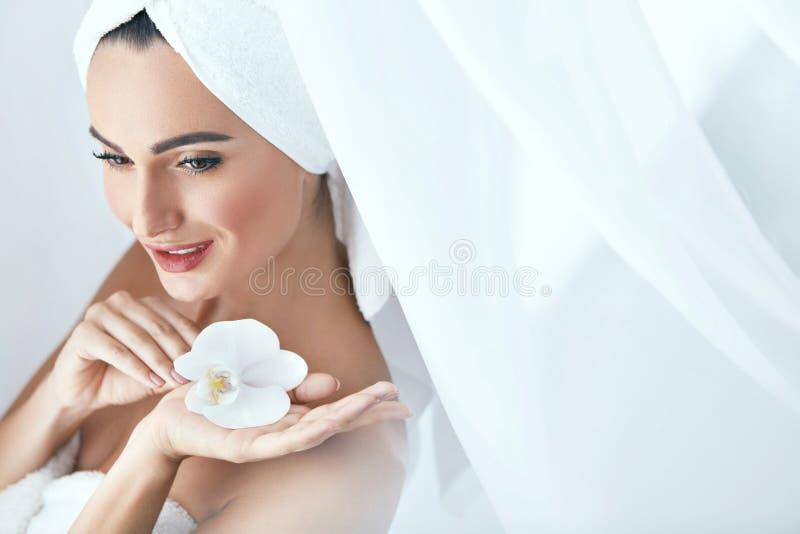 Салон курорта красоты Женщина в заботе кожи сопровождающего тела полотенца стоковое фото rf
