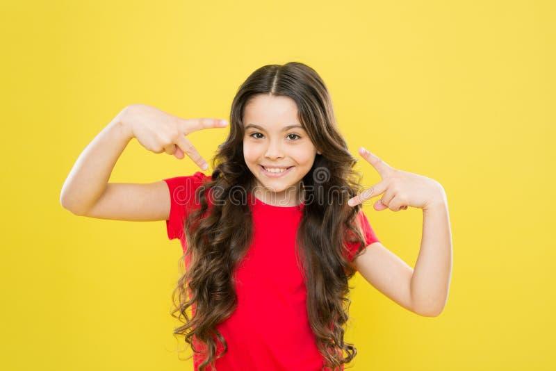 Салон парикмахера skincare и естественные волосы t ребенок хипстера усмехаться маленькой девочки счастливая девушка с стоковое фото rf