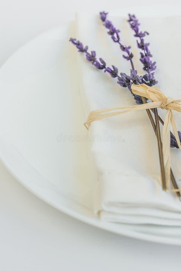 Салфетка белой плиты Linen связанная с шаблоном плаката меню сервировки стола валентинки свадьбы пасхи хворостины лаванды шпагата стоковые фото