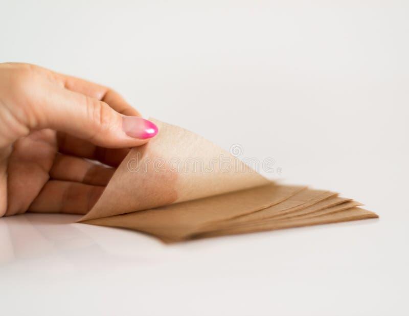 Салфетки рогожки косметические для того чтобы извлечь мазеподобный лоск от стороны в руке стоковые изображения rf