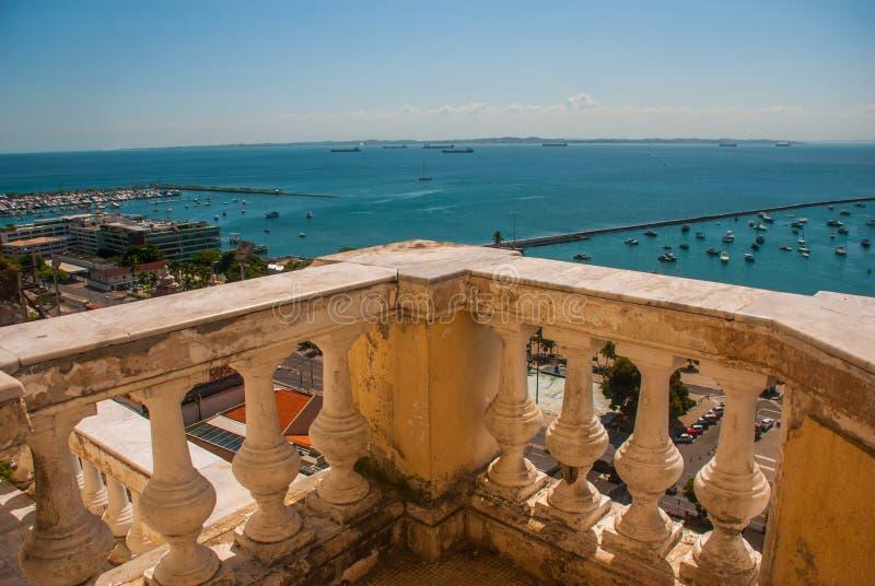 САЛЬВАДОР, БАХЯ, БРАЗИЛИЯ: Взгляд сверху от лифта Lacerda против голубого неба стоковое изображение