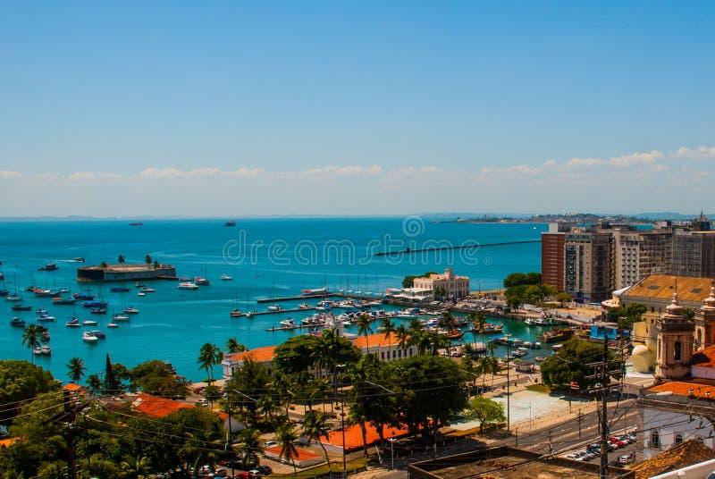 САЛЬВАДОР, БАХЯ, БРАЗИЛИЯ: Форт Сан Marcelo в Сальвадоре Бахи Взгляд сверху портового города Сальвадора стоковые фото
