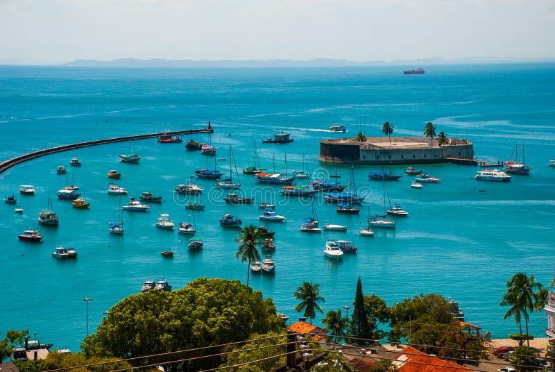 САЛЬВАДОР, БАХЯ, БРАЗИЛИЯ: Форт Сан Marcelo в Сальвадоре Бахи Взгляд сверху портового города Сальвадора стоковое фото