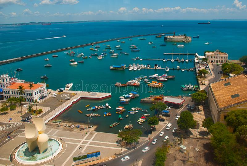 САЛЬВАДОР, БРАЗИЛИЯ: Форт Сан Marcelo в Сальвадоре Бахи Взгляд сверху залива всех Святых, более низкого города стоковое фото rf