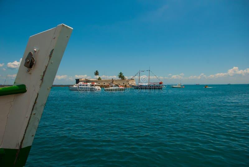 САЛЬВАДОР, БРАЗИЛИЯ: Форт Сан Marcelo в Сальвадоре Бахи Взгляд сверху портового города Сальвадора стоковые фотографии rf