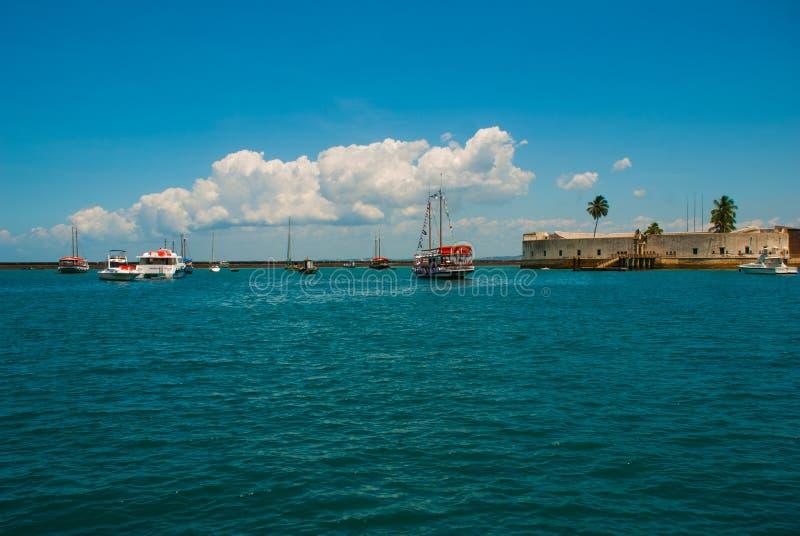 САЛЬВАДОР, БРАЗИЛИЯ: Форт Сан Marcelo в Сальвадоре Бахи Взгляд сверху портового города Сальвадора стоковые изображения rf