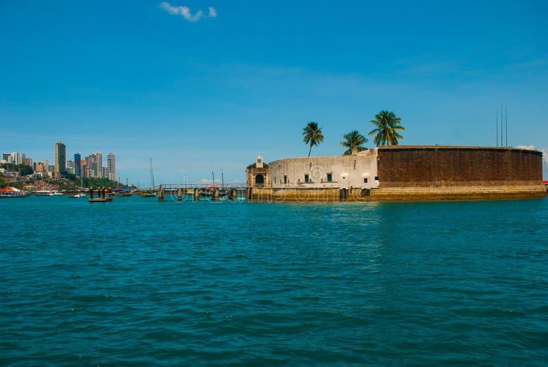 САЛЬВАДОР, БРАЗИЛИЯ: Форт Сан Marcelo в Сальвадоре Бахи Взгляд сверху портового города Сальвадора стоковые фото