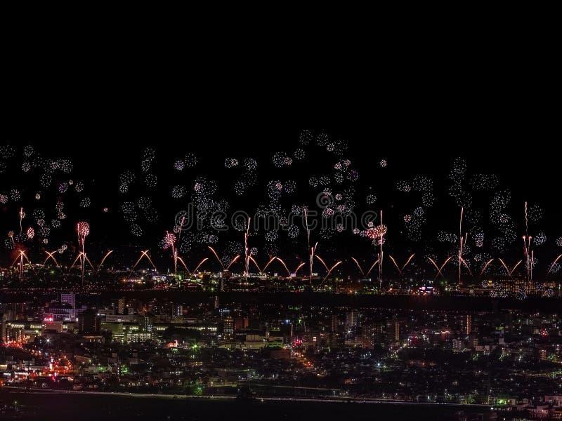 Салют над городом мегаполис Праздничный салют в ночном небе Взрывы фейерверков стоковые фото