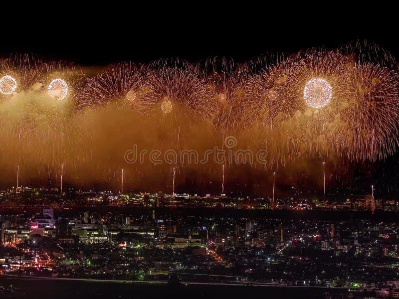 Салют над городом мегаполис Праздничный салют в ночном небе Взрывы фейерверков стоковая фотография rf
